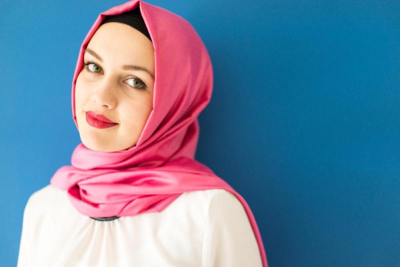 تفسير حلم رؤية نزع أو خلع الحجاب وكشف الشعر في المنام لابن سيرين