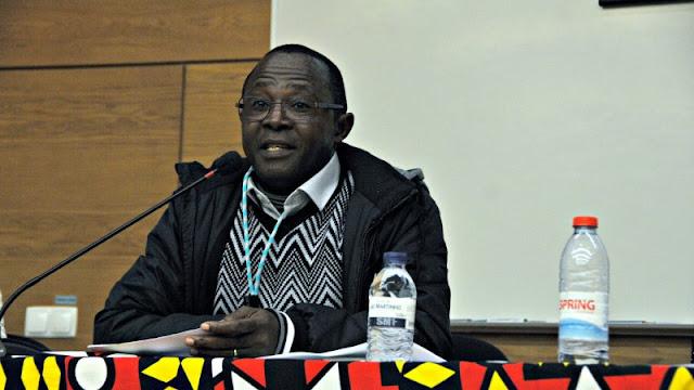 """""""Não há água, não há luz. Há fome"""", foi assim que o ativista cívico José Marcos Mavungo foi descrevendo em Lisboa (14.01) a dura realidade que se vive em Cabinda, o enclave que pretende ser independente desde os tempos do colonialismo português (FLEC) e onde atualmente existem """"mais militares do que população"""". Segundo Mavungo, """"Cabinda é um território escandalosamente rico"""" e por essa razão """"o regime angolano depositou o seu poder militar na região"""".  José Marcos Mavungo é um defensor dos direitos humanos de Cabinda que foi preso pelo regime angolano sob a acusação de """"incitação à rebelião e violência"""". O ativista cívico foi condenado a cumprir uma pena de 6 anos de prisão mas acabou absolvido, por falta de provas. Cumpriu um ano na cadeia."""