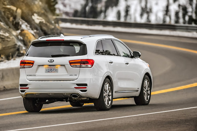 Rear 3/4 view of 2017 Kia Sorento SXL AWD V6