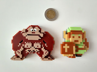 Figuras de Donkey Kong y Link comparadas con dos euros