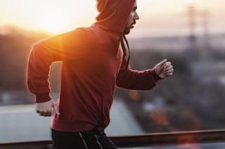 É melhor fazer exercício físico antes ou depois do café da manhã?  (BBC Brasil)