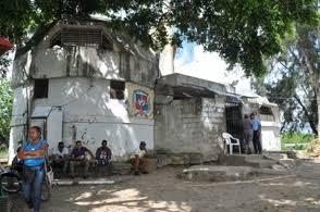 Grupo de curiosos acuden a la cárcel de San Luis a conocer al padre Elvis Taveras