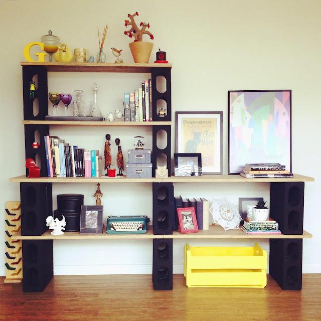 Estante: Uma ideia bem legal é usar os tijolos como aparador ou estante. Eles dão um visual bem bonito e elegante
