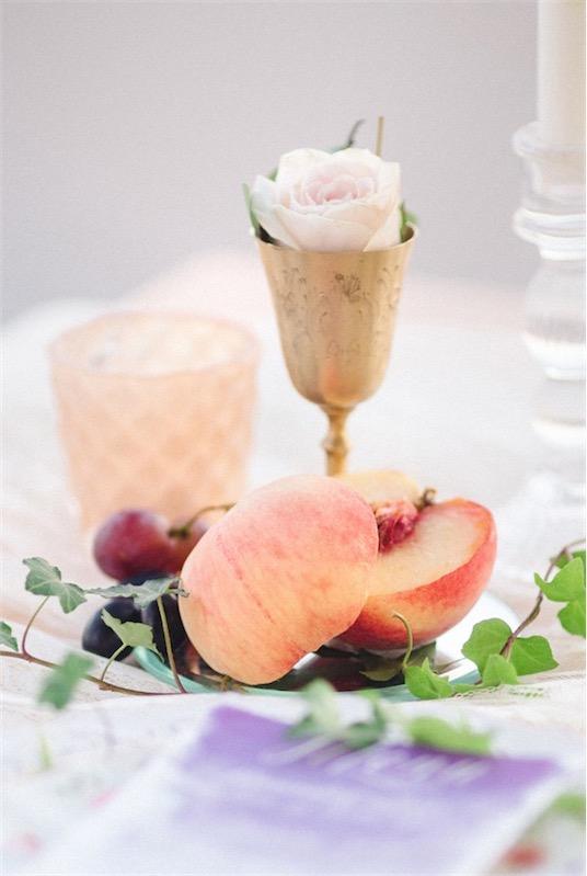 boda en Santorini con sencillo glamour detalles florales chicanddeco