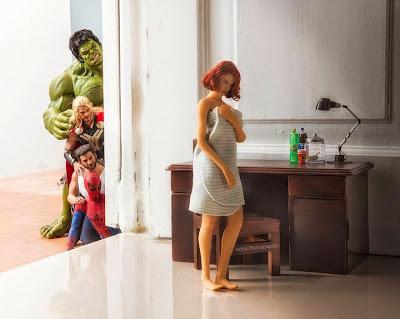 Los supe héroes espiando a la Natasha Romanoff