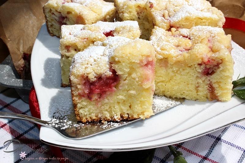 Najprostsze i najszybsze ciasto z truskawkami i kruszonką (bez miksera)