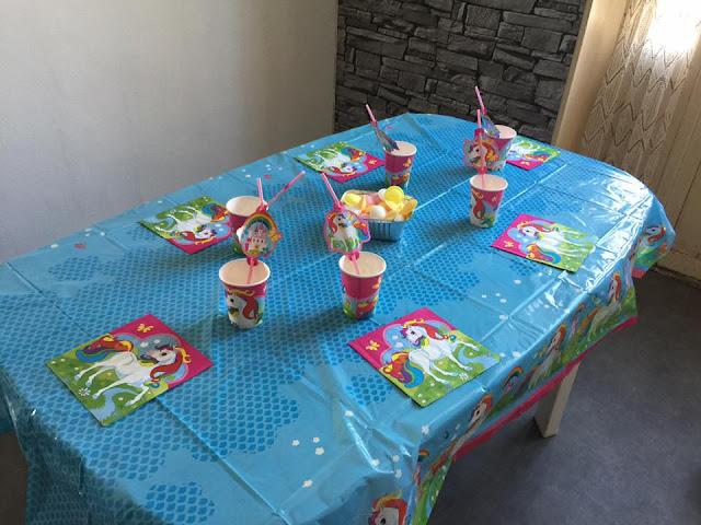 table d'anniversaire pour fille avec des licornes