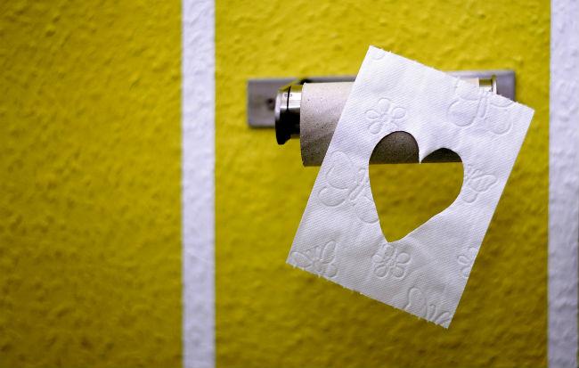 Usare la carta igienica con le emorroidi