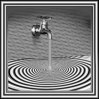 Çizgili duvardaki bir musluktan akan suyu gösteren tablo