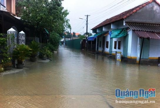 Đức Phổ - Sơn Tịnh: Nhiều khu dân cư bị cô lập do mưa lớn