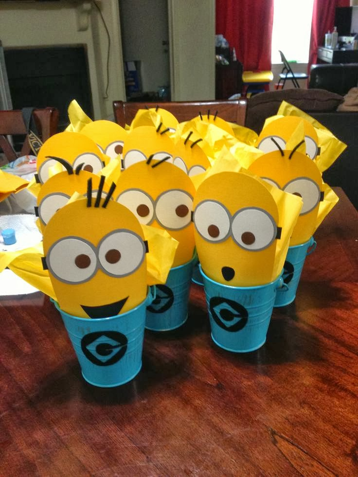 diy minions table centerpieces oh my fiesta in english. Black Bedroom Furniture Sets. Home Design Ideas
