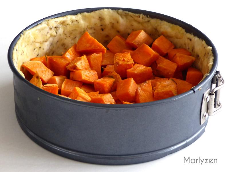 Déposez la patate douce dans le moule à tarte.