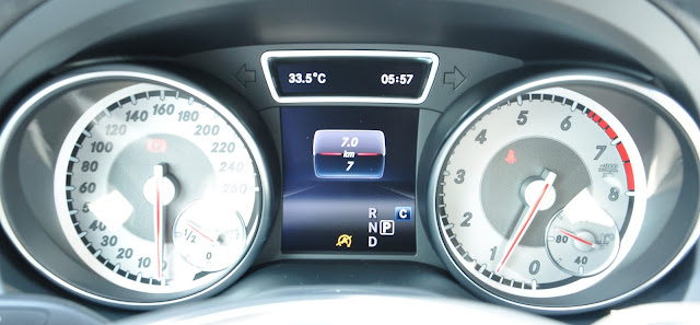 Đồng hồ Mercedes GLA 200 thiết kế theo dạng 2 ống xả