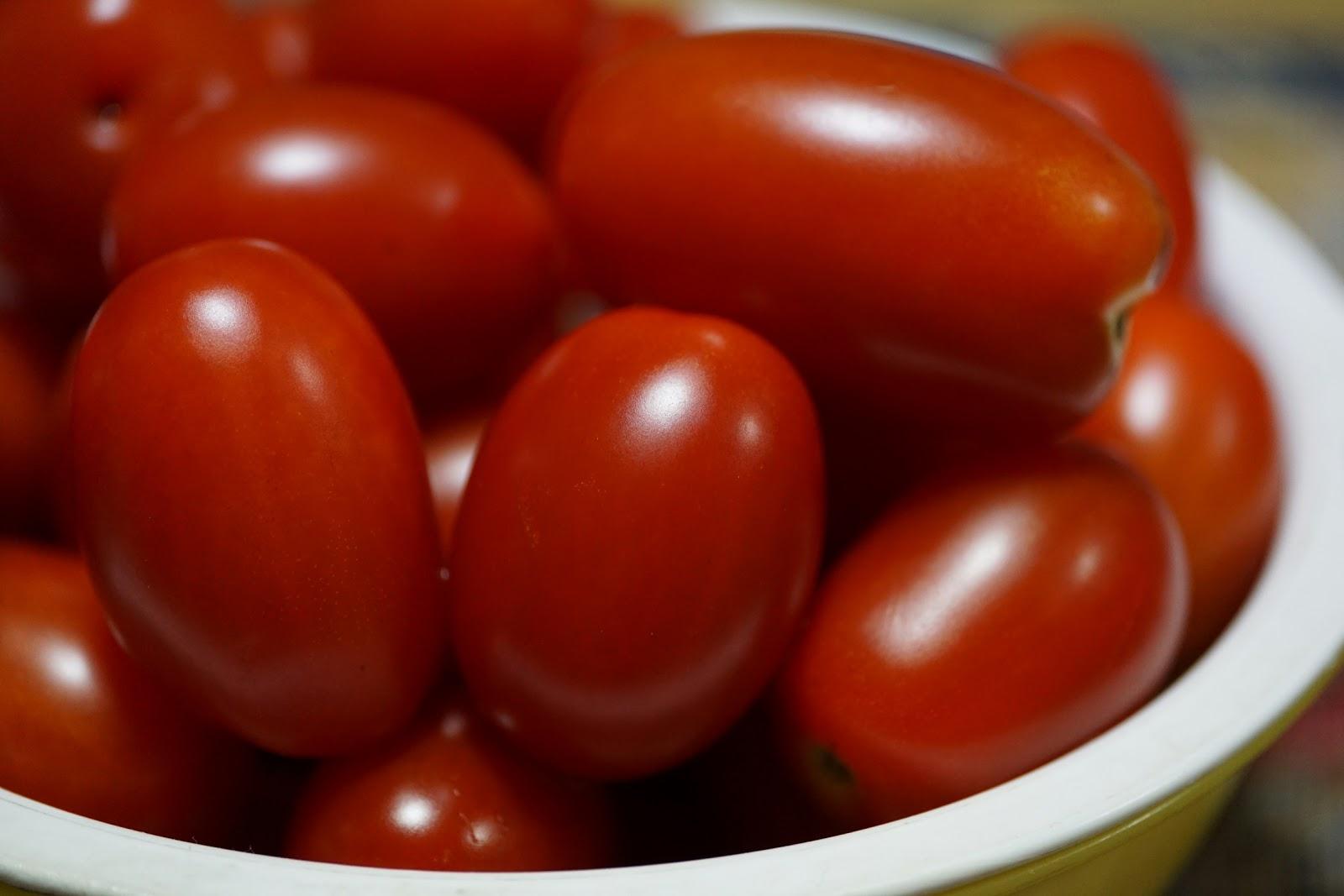 白い篭に一杯のプチトマト