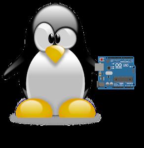 Pinguim conhecido como Tux, mascote do Linux, segurando a placa de prototipação arduino