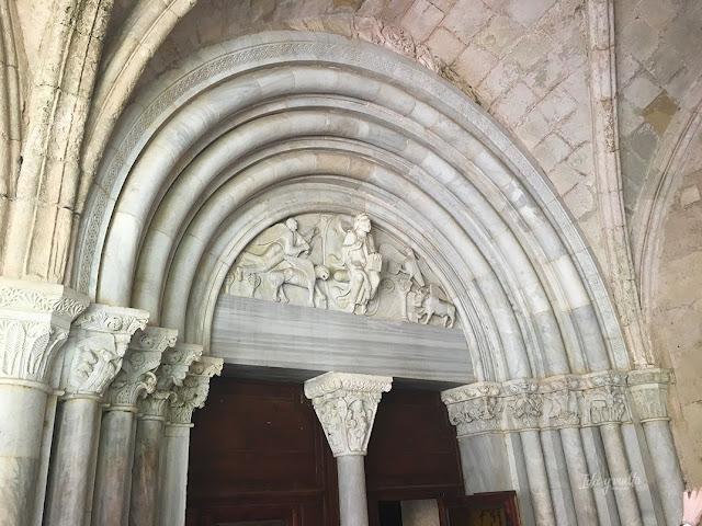 Portada románica que da acceso al claustro