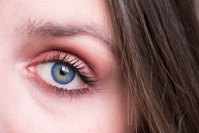Orange make-up for blue eyes