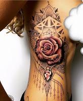 tatuaje en el torso rosa y diamante