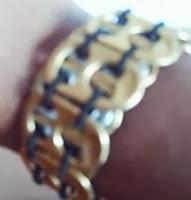 http://mundo-manualidades.com/brazalete-hecho-con-anillas-de-latas.html