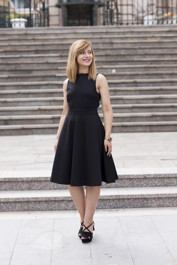 rochia neagra clasica cu spatele gol