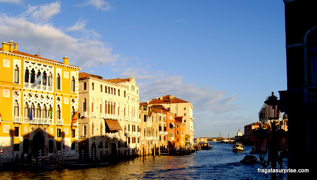 palacetes à beira de um canal de Veneza