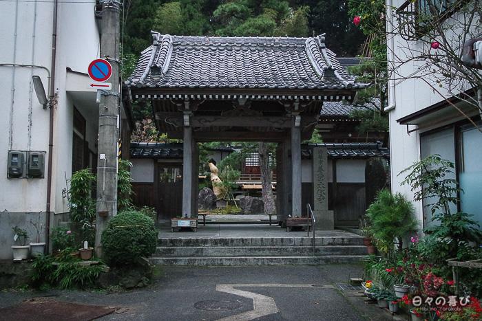 temple honju-ji kinosaki entrée rue