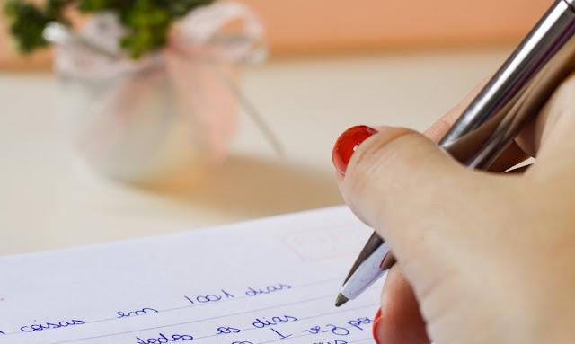 mulher escrevendo lista