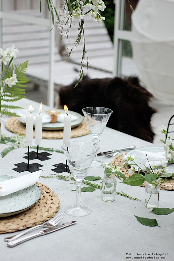 annelies design, webbutik, uteplats, midsommar, midsommarafton, midsommardukning, dukning, bordsdukning, getskinn, skinn, betongbord, uteplats, trädäck, altan, terass, uterum, utemöbler, ljusstake, ljusstakar, lanterna, lanternor, diy blommor hängande ovanför bordet, diy, blomma, gren, grenar, dekoration, gren med blommor, vitt, grönt, gröna, vita, växter