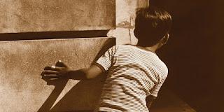 anak mengintip di balik tembok