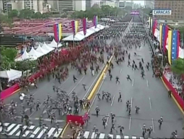 Estampida de soldados tras incidente hace lucir vulnerable a Maduro, dicen analistas