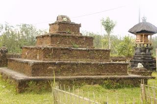 Apa itu Menhir, Sarkofagus, Dolmen, Peti Kubur Batu, Waruga, Punden Berundak,Arca atau Patung