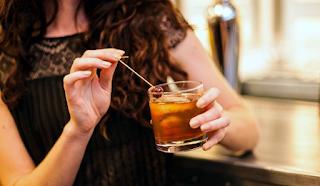 Από τι κινδυνεύουν περισσότερο οι γυναίκες που καταναλώνουν πολύ αλκοόλ;