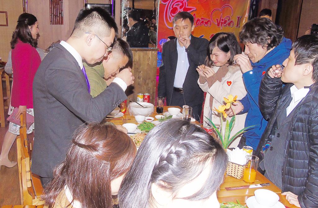 """Dùng tiệc và chúc mừng năm mới -Khai mạc chương trình - ảnh Dương Văn Bốn """"Thầy Dương vui tính"""""""