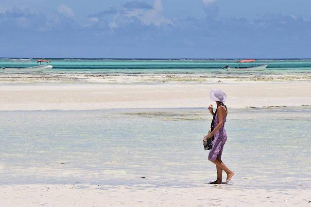 spiaggia persona che cammina