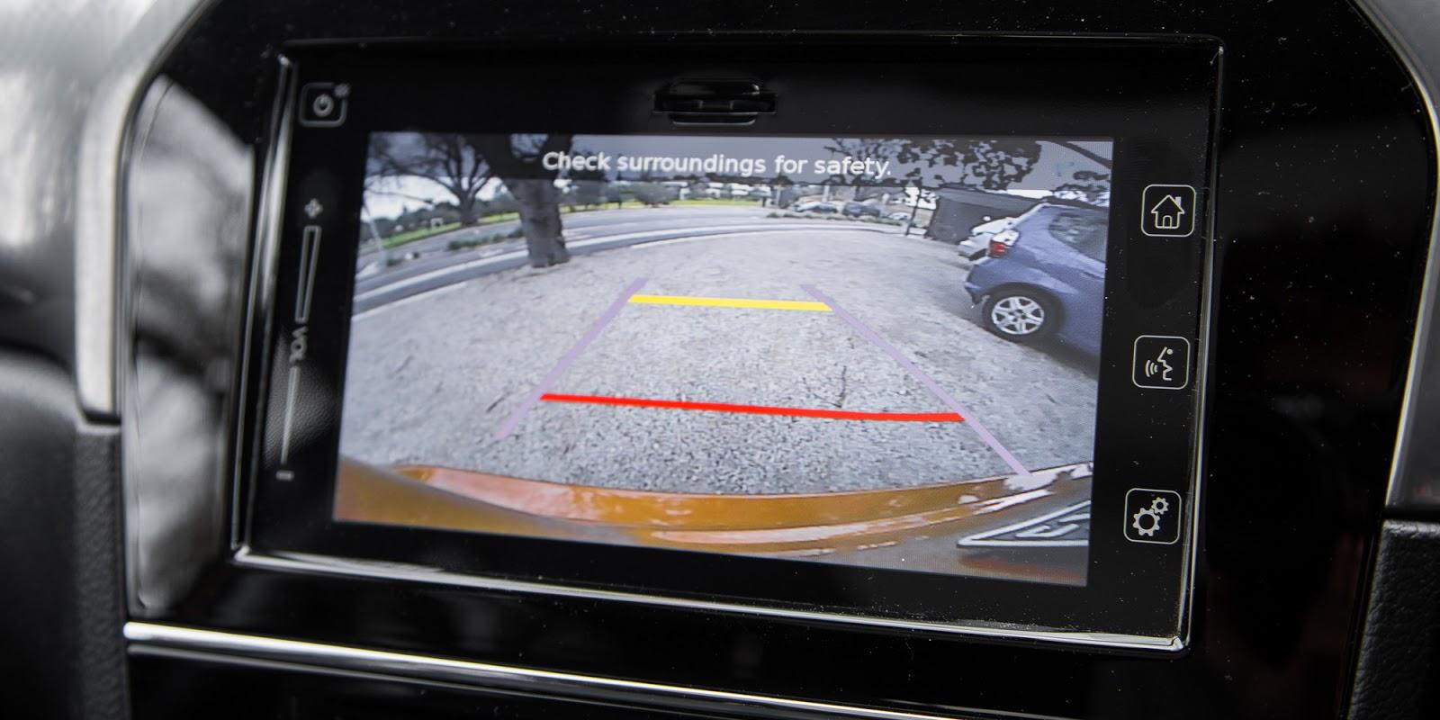 Xe được trang bị camera lùi, hỗ trợ đỗ xe