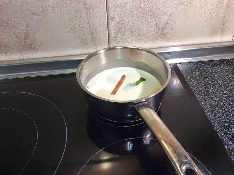 Cazo con leche, azúcar, canela y piel de limón hirviendo