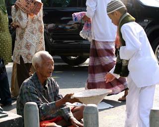 Cara yang Baik dan Benar MenolongMembantu Orang Miskin