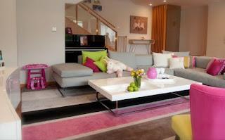 sala color gris y rosa