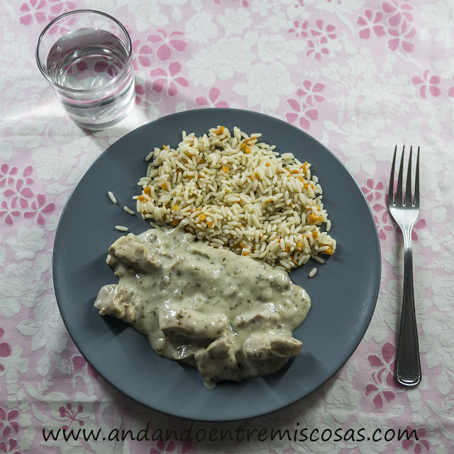 Pollo con almendras fileteadas y arroz