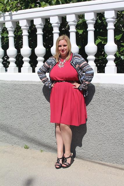 Outfit: vestido color fresa