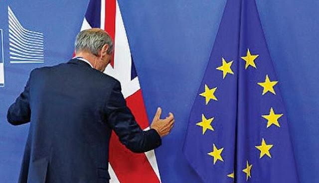 Η Ευρώπη τρέμει την άτακτη έξοδο και «προσφέρει» χρόνο!