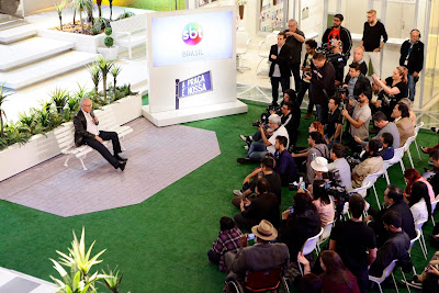 O apresentar recebe jornalistas em seu estúdio (Crédito: Gabriel Cardoso/SBT)