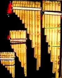 Foto de zampoñas de distintos tamaños y cantidad de tubos
