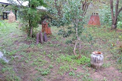 長野県生坂村の陶芸・器 白日窯 庭のオブジェ