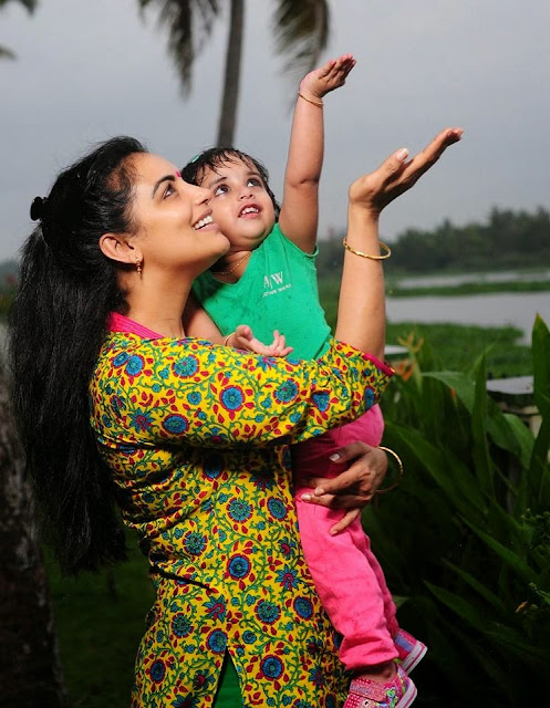Sabaina Menon play with her daughter