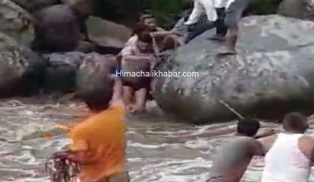हिमाचल: खड्ड में बहने से बचे चार बच्चे, लोगों ने रस्सी के सहारे पानी में उतरकर बाहर निकाले