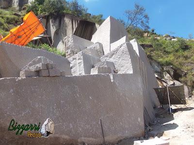 Extração de pedra granito para execução de folhetas de pedra.