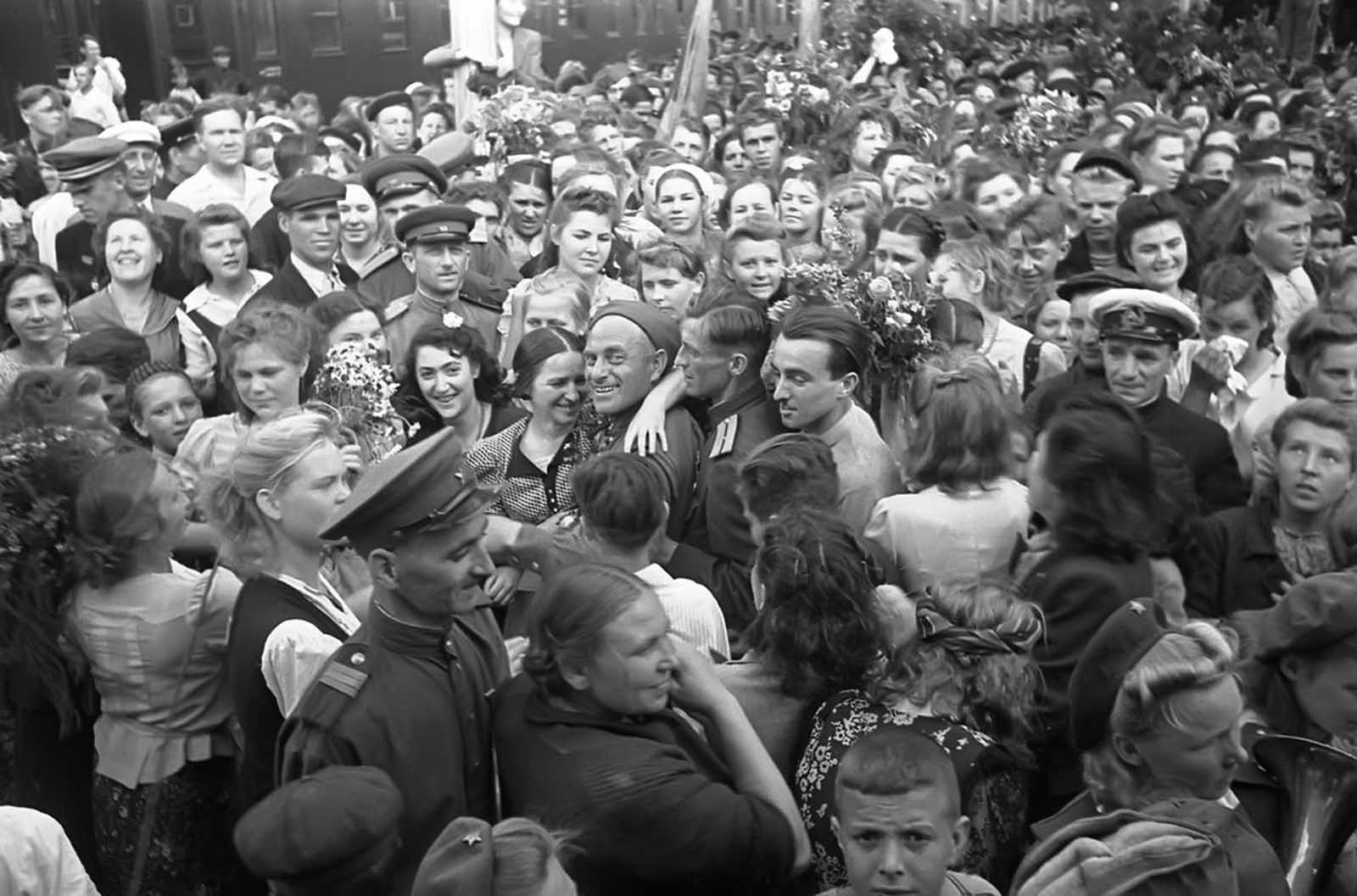 The return of victorious Soviet soldiers at a railway station in Moscow in 1945.