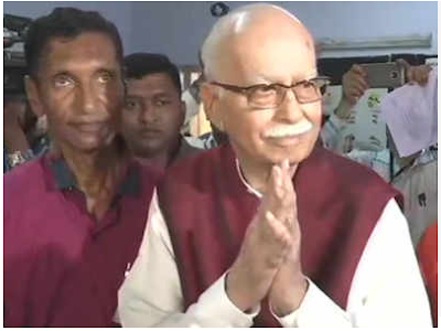 bjp-leader-lk-advani-casts-his-vote-at-a-polling-booth-at-shahpur-hindi-school-in-gandhinagar-hindi-news
