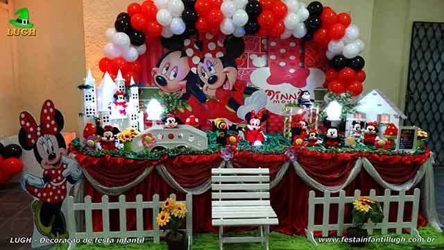 Decoração Minnie com vestido vermelho em mesa tradicional de tecido